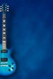 Blaue E-Gitarre mit Hintergrund Stockfotografie