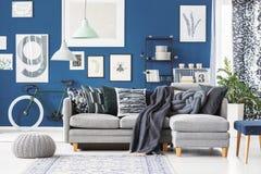 Blaue Ebene mit Ecksofa Lizenzfreies Stockbild