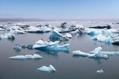 Blaue Eisberge, die in Glazial- lagook Jokulsarlon, Island schwimmen Lizenzfreie Stockfotos