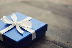 Blaue elegante Geschenkbox Stockfoto