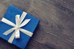Blaue elegante Geschenkbox Stockfotos