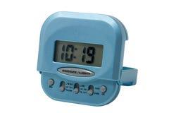 Blaue elektronische Alarmuhr getrennt Lizenzfreie Stockfotografie