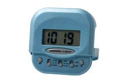 Blaue elektronische Alarmuhr getrennt Stockbild