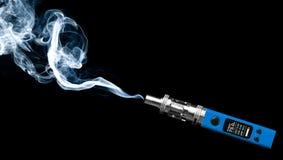 Blaue elektronische Zigarette Stockbilder