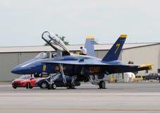Blaue Engel bereiten sich für Flug vor Lizenzfreie Stockbilder