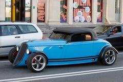Blaue Fabrik Five's '33 Hot Rod auf der Straße in der Stadt Stockfotografie