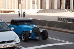 Blaue Fabrik Five's '33 Hot Rod auf der Straße in der Stadt Stockfotos