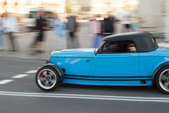 Blaue Fabrik Five's '33 Hot Rod auf der Straße in der Stadt Stockfoto