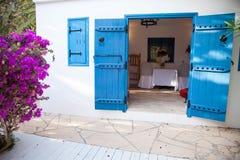 Blaue Farbe der Einstiegstür der kleinen Kirche, Zypern, im Juni 2019 lizenzfreies stockbild