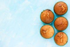Blaue Farbe des Backenlebensmittel-Hintergrundes mit traditionellen Muffins Lizenzfreie Stockbilder