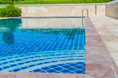 Blaue Farbe des Pools unter Naturwald. Stockbilder