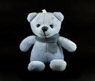 Blaue Farbe des TEDDYBÄREN mit Schal auf schwarzem Hintergrund Lizenzfreies Stockfoto