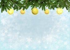 Blaue Farbe des Weihnachtshintergrundes mit Weihnachtsbaum verzierte gelbe Bälle Lizenzfreies Stockfoto