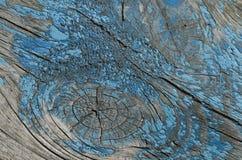 blaue Farbe verloren von den hölzernen Planken Stockfotos