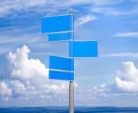 Blaue Farbenleerzeichenzeichen gegen blauen Himmel Stockbilder
