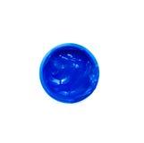 Blaue Farbfarbe in einem Glas auf weißem Hintergrund Stockfoto