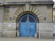 Blaue Farblandsitztür bei Chateau de Vincennes - Frankreich Lizenzfreies Stockfoto