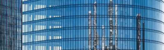 Blaue Fassade eines Bürogebäudes mit Glasfenstern stockbild
