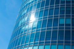 Blaue Fassade im Glas eines Turms Lizenzfreies Stockbild