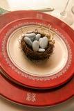 Blaue Felsen und das Nest eines Vogels. Lizenzfreies Stockfoto