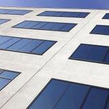 Blaue Fenster in der modernen Fassade Lizenzfreie Stockfotos