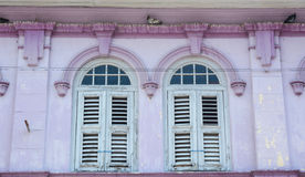 Blaue Fenster mit rosa Wand in George Town, Malaysia Stockfotografie