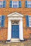 Blaue Fenster und Tür, hatfield, Großbritannien Lizenzfreies Stockfoto