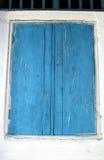 Blaue Fensterblendenverschlüsse Stockfotos