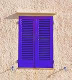 Blaue Fensterläden Stockfotografie