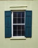 Blaue Fensterläden Lizenzfreie Stockfotografie