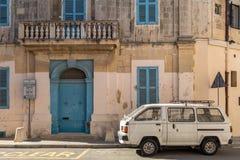 Blaue Fensterläden auf traditionellem maltesischem Haus, Landhaus, Attard, Malta Stockfotos
