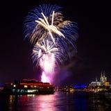 Blaue Feuerwerke über Köln Stockfoto