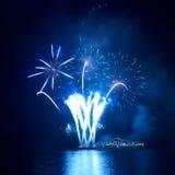 Blaue Feuerwerke lizenzfreie stockbilder