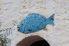 Blaue Fische auf der Wand die Dekoration der Berbers in der Wüste lizenzfreies stockbild