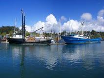 Blaue Fischenschleppnetzfischer und andere Boote, Lizenzfreie Stockfotos