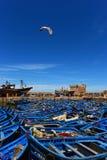 Blaue Fischerboote im Hafen von Essaouira - Marokko stockbilder