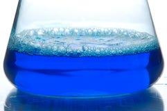 Blaue Flüssigkeit in einer Retorte stockfotos