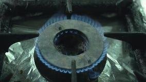 Blaue Flamme des Erdgases auf einem Kocher, im Restaurant stock footage