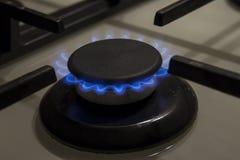 Blaue Flammen des brennenden Gasherdgewindebohrers schließen oben in der Dunkelheit auf einem blac Lizenzfreie Stockbilder