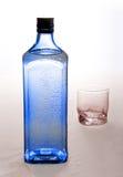 Blaue Flasche mit Gin Stockfoto