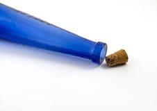 Blaue Flasche mit Korken heraus lizenzfreies stockfoto