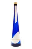 Blaue Flasche Schnäpse mit unbelegtem Kennsatz (Pfad eingeschlossen) Stockfoto