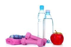 Blaue Flasche Wasser, Apfel und Übungsausrüstung Lizenzfreie Stockbilder