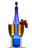 Blaue Flasche Wein, Gläser a stockfoto