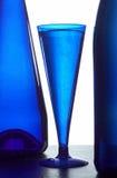 Blaue Flaschen und Glas lizenzfreies stockfoto