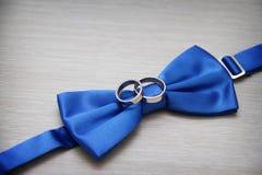 Blaue Fliege mit Hochzeit stockbild