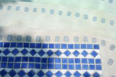 Blaue Fliesen im Pool stockfotos