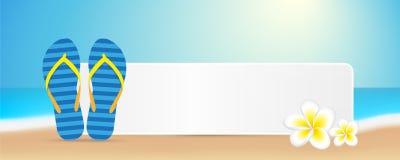 Blaue Flipflops im Sommer auf dem Strand mit Frangipaniblumen und im Raum für Ihre Mitteilung lizenzfreie abbildung