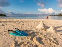 Blaue Flossen auf dem Strand mit Meer und Himmel Lizenzfreies Stockbild