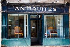 Blaue französische Antiquitätengeschäftfront mit abblätternder Farbe in Beaune, Burgunder stockfotos
